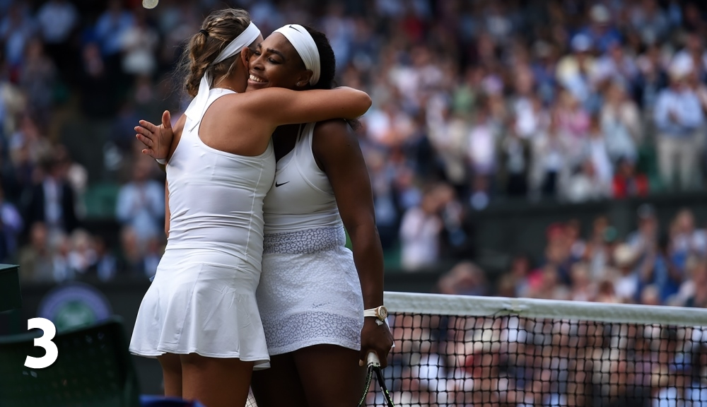 Victoria Azarenka și Serena Williams se îmbrățișează la finalul meciului de la Wimbledon. Foto: AELTC.