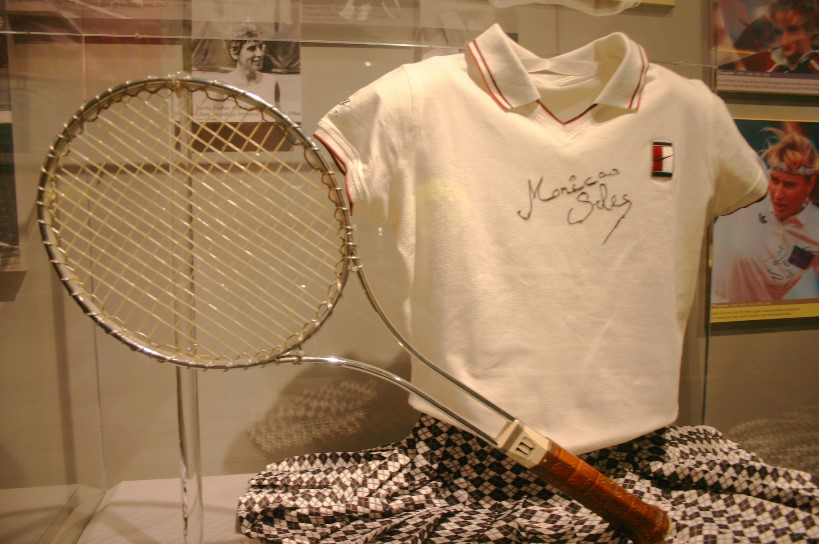 Seles_outfit_and_racket